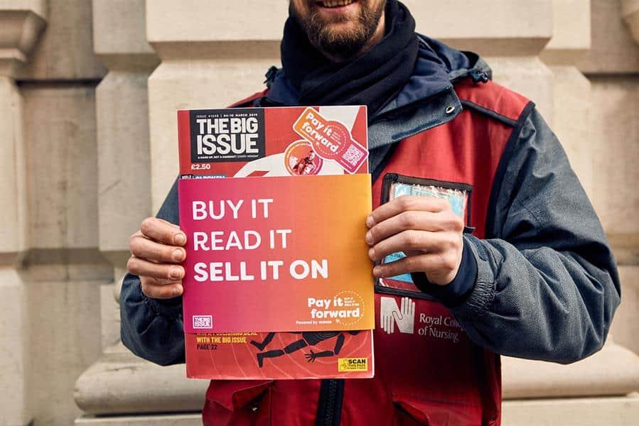 นิตยสาร The Big Issue แก้ปัญหายอดขายตกเพราะคนไม่พกเงินสดด้วย QR Code