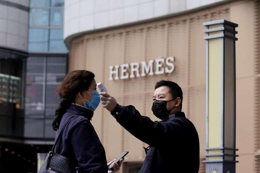 หลัง COVID19 ร้าน retail ต่างๆ ในจีนยังคงวัดไข้ และมีมาตรการดูแลความสะอาดอย่างต่อเนื่อง