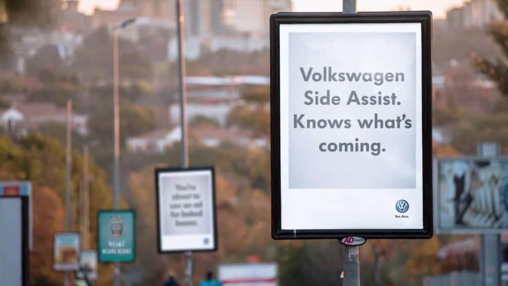แคมเปญการตลาดแบบ Hijack Marketing Strategy จาก Volkswagen โปรโมตระบบช่วยขับ Side Assist ด้วยโฆษณาคนอื่นที่อยู่ถัดไป